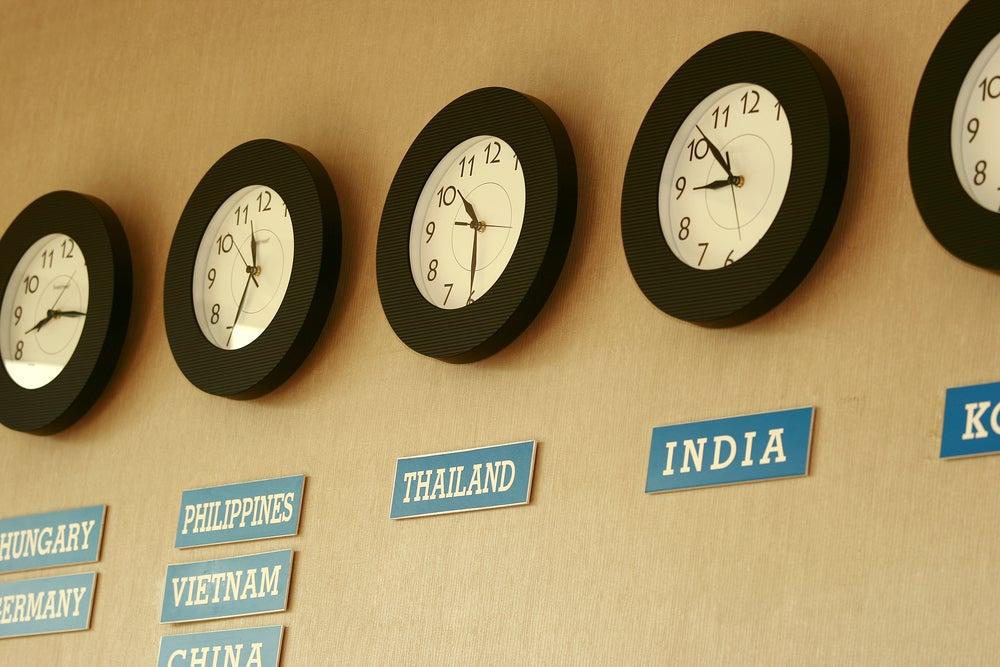 Relojes con la hora de distintos países.