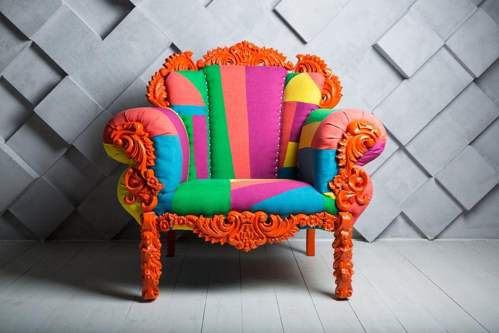 Sofá de colores horteras.