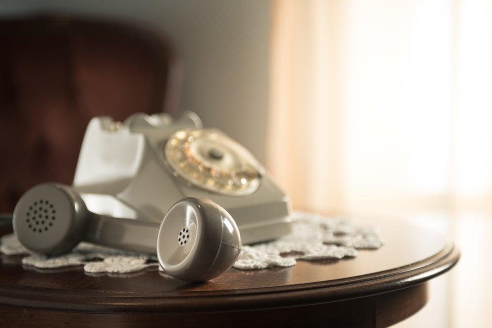 Teléfono blanco fijo.