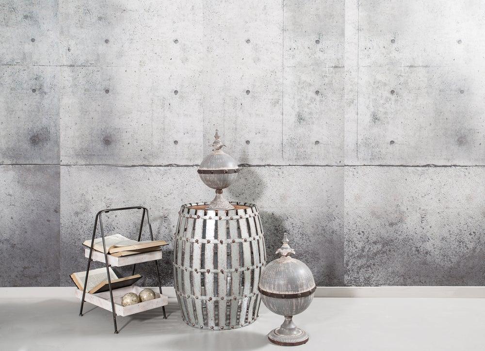 Barril pintado de gris.