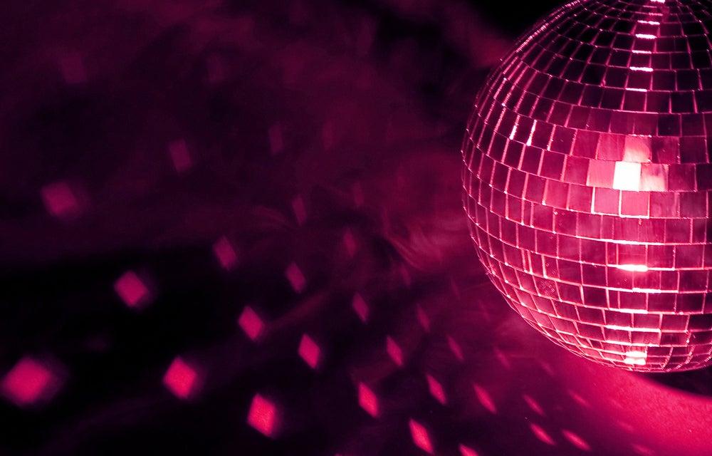 Bola de discoteca roja.