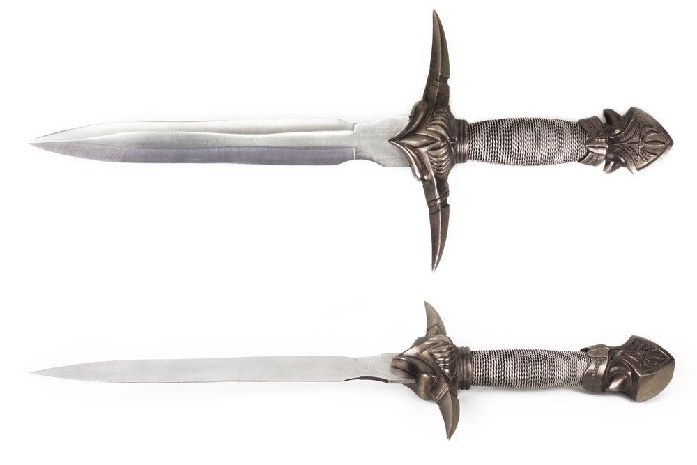 Decorar con espadas.