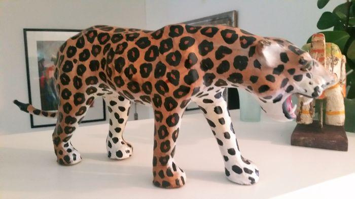 Escultura de leopardo.