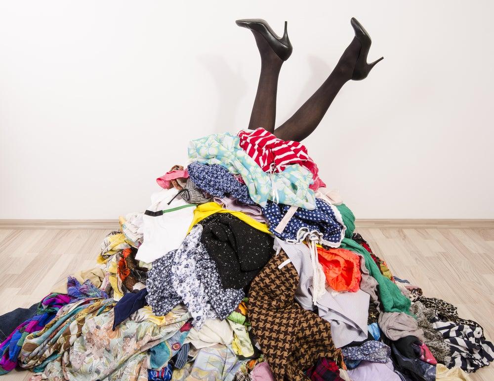 Exceso de ropa en el armario, ¿qué hacer con ella?