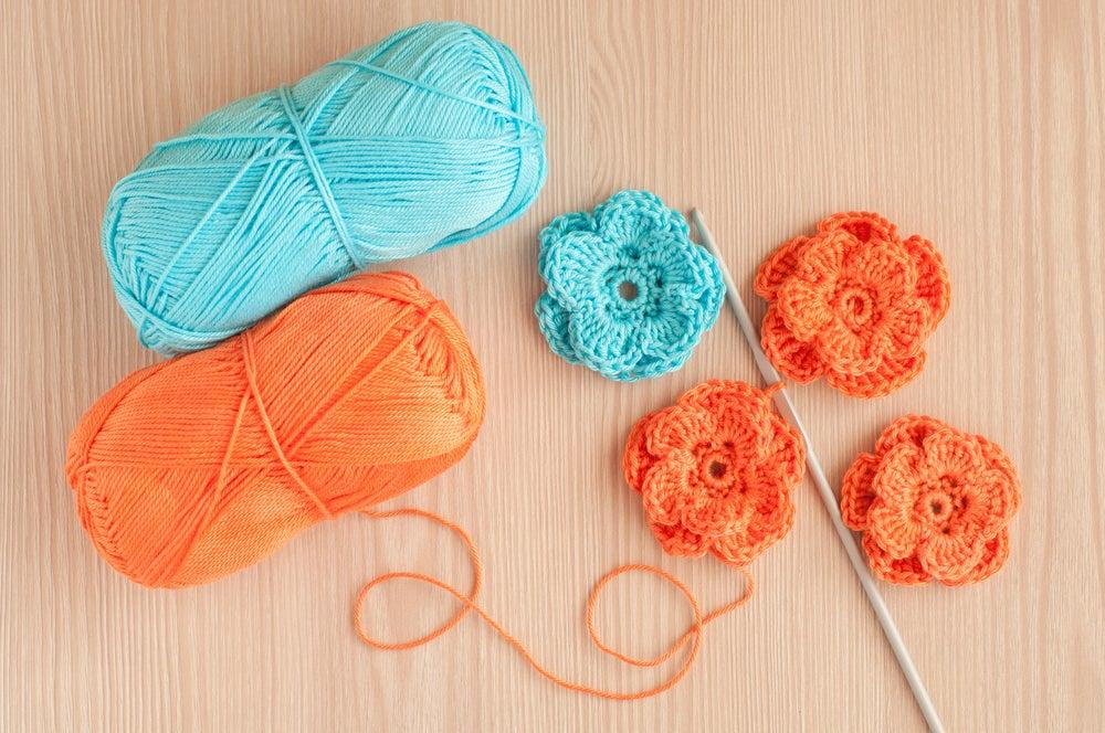 Flores de ganchillo azul y naranja.