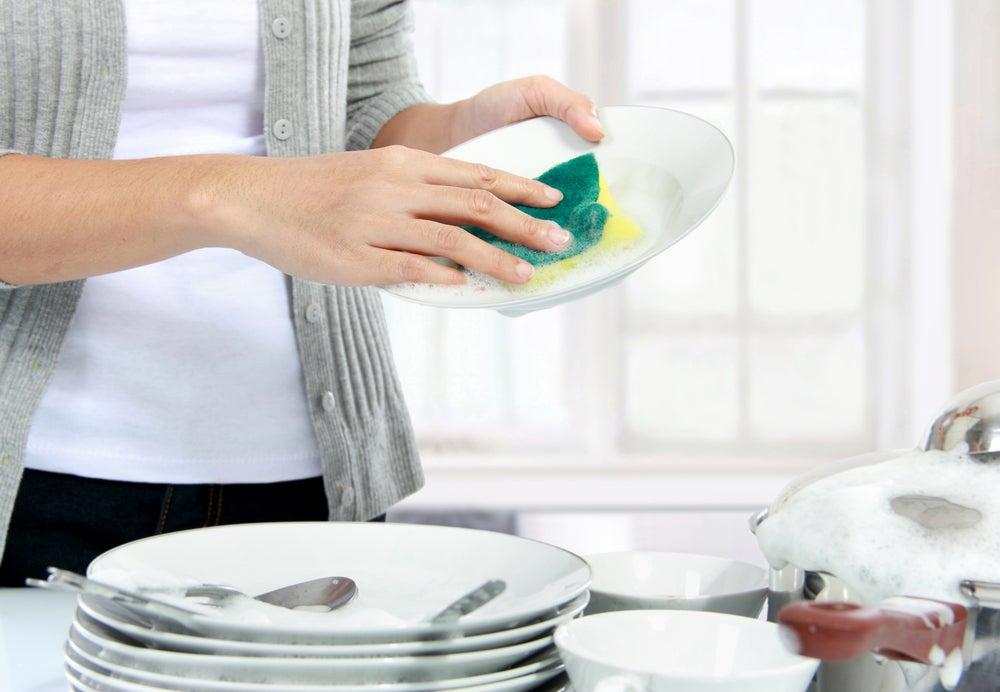 Lavar platos.