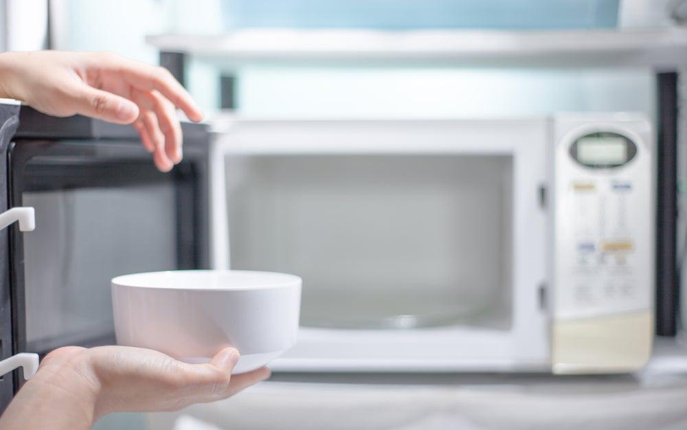 Aprende a limpiar rápidamente el horno microondas