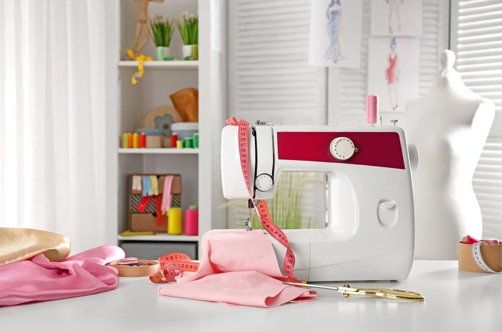 Máquina de coser y estantería.