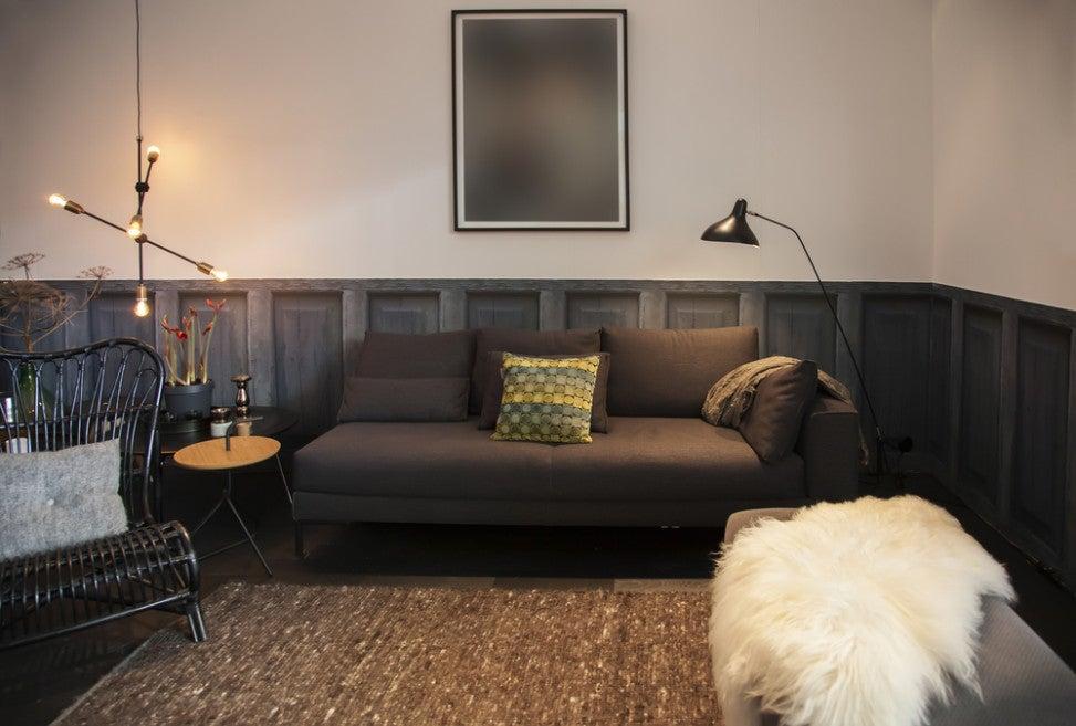Salón con la pared de madera y pintura.
