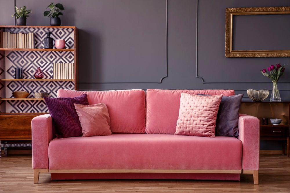 Sofá de terciopelo rosa. Decoración en color rosa.