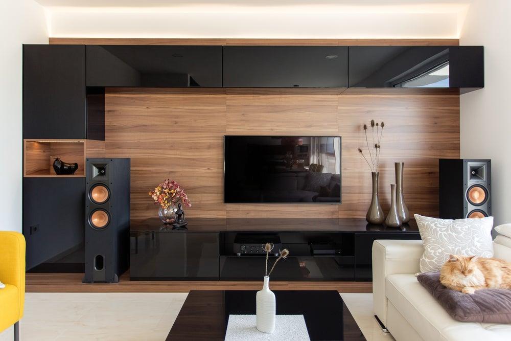 Televisión con los mismos colores que los muebles.