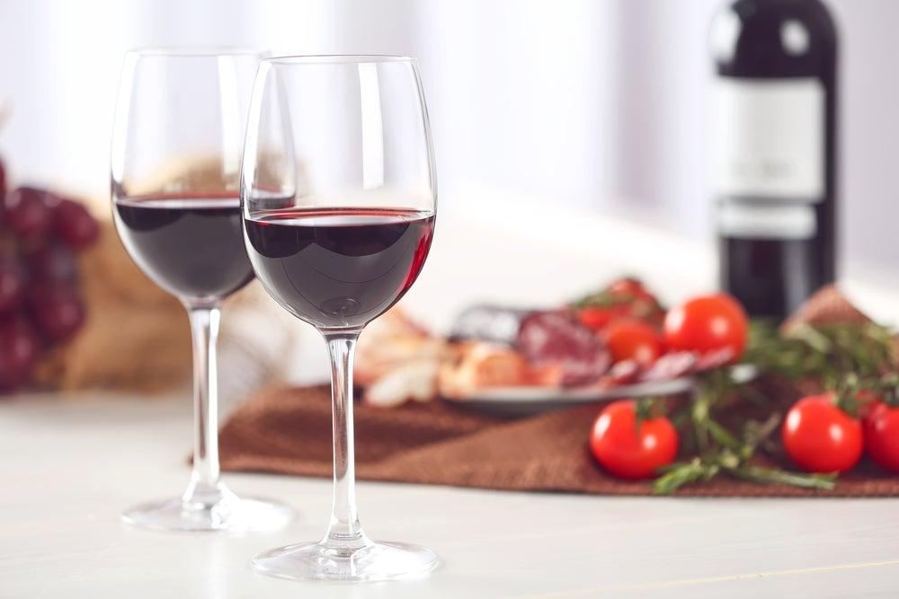 Vasos de vino tinto.
