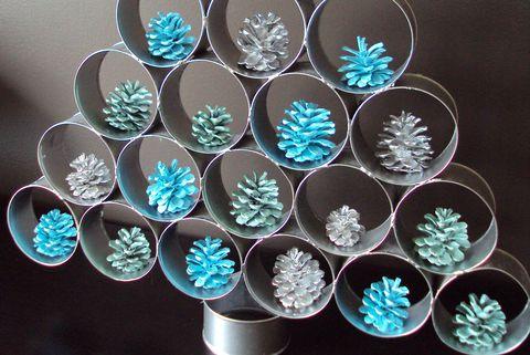 Árbol de Navidad con latas de conserva.
