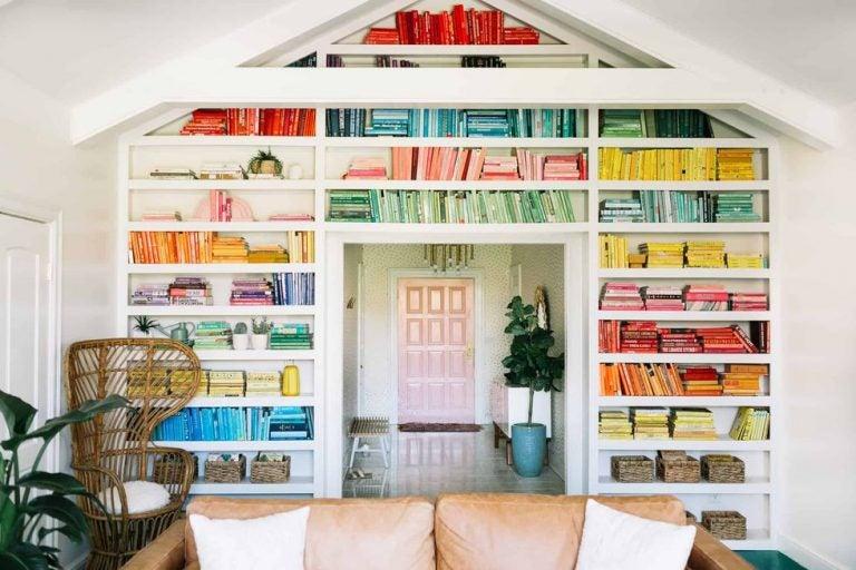 4 bibliotecas organizando los libros por colores