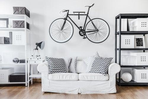 Bicicleta colgada de la pared.