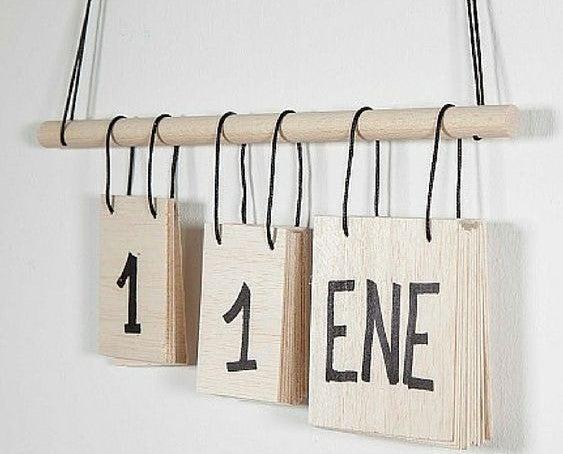Calendario de madera colgante.
