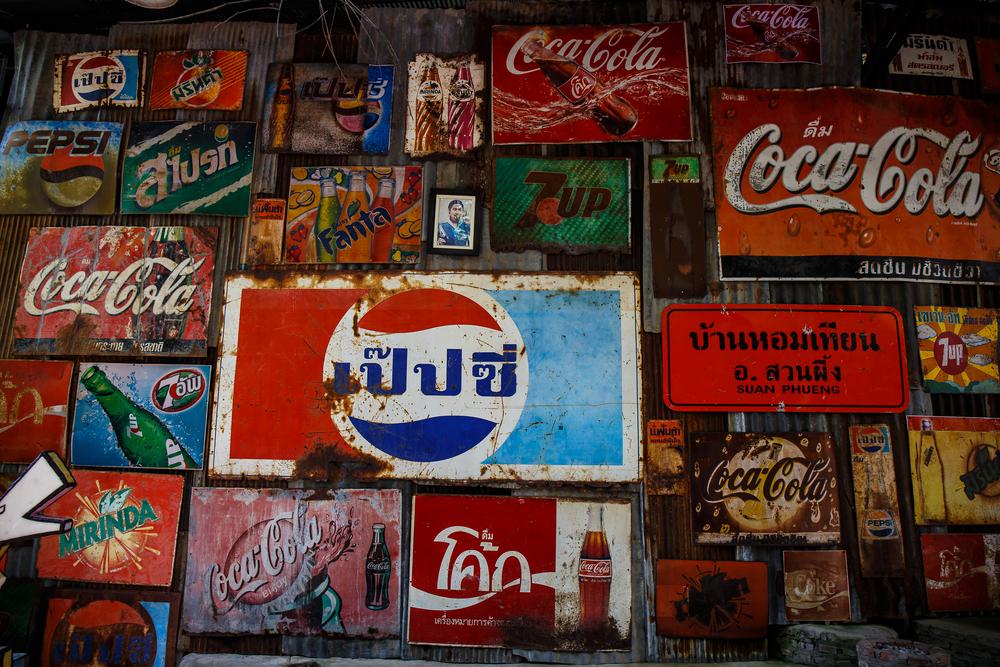 Decoración vintage mediante marcas antiguas de refrescos