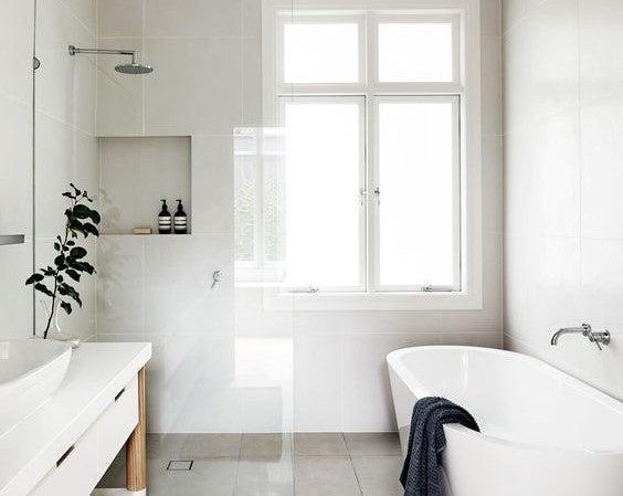 Ducha y bañera en un baño.