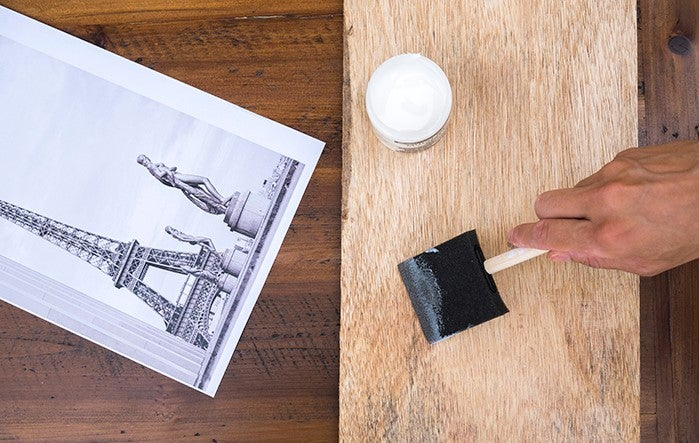 Colocar la foto sobre la madera.