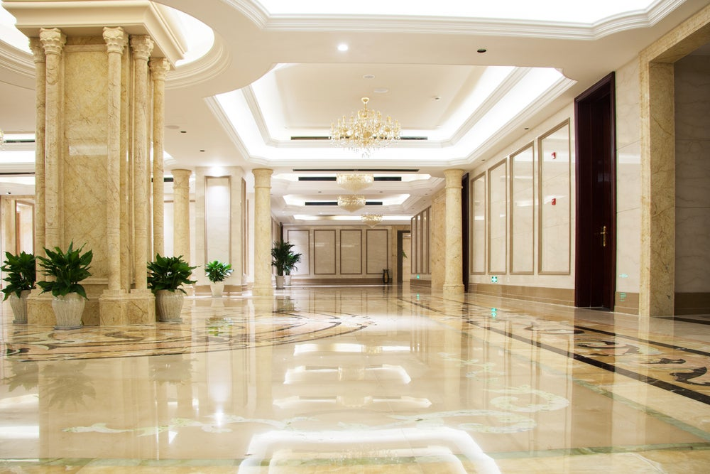 Iluminación del hall de un hotel.