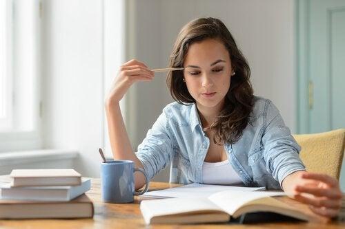 Mujer estudiando.