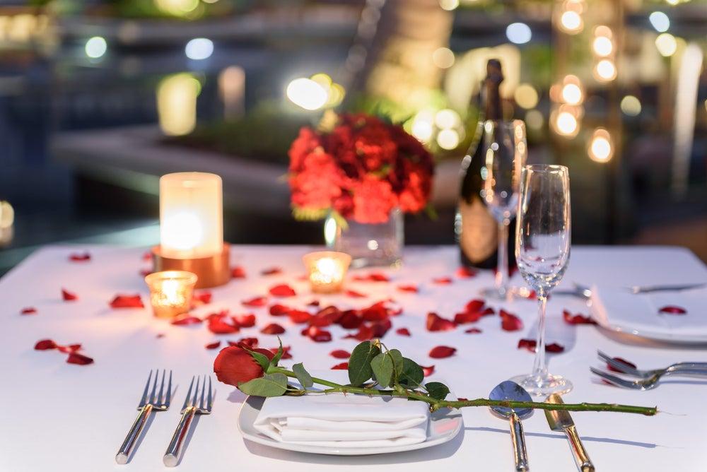 Pétalos para una cena romántica.