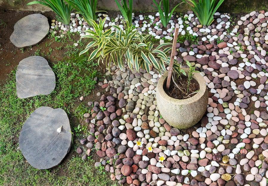 Los rollos y las piedras de río en la decoración.
