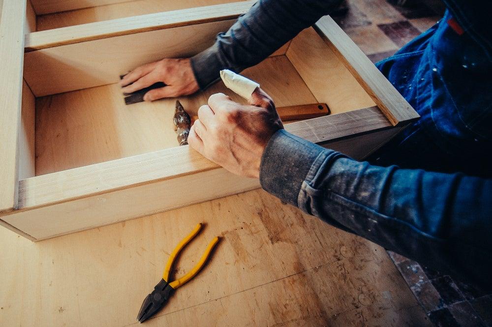 Preparar los tablones de madera.