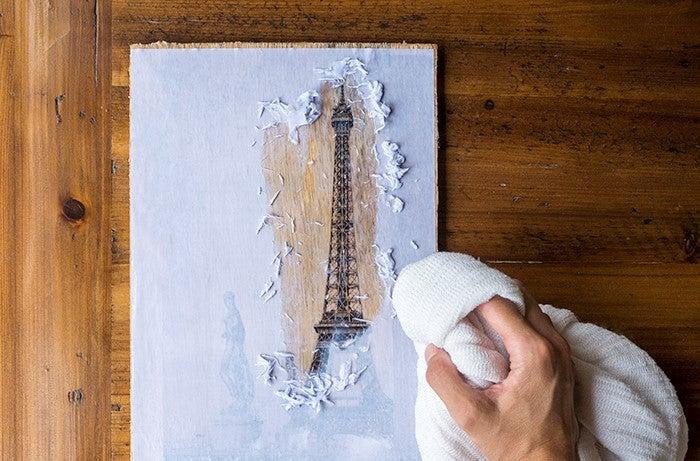 Retirar el papel de la madera.