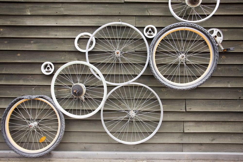 Ruedas de bicicletas en la pared.
