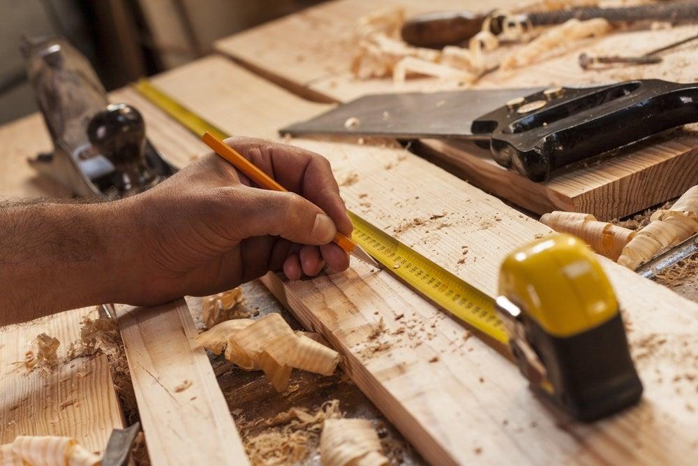 Tomar medidas sobre madera.