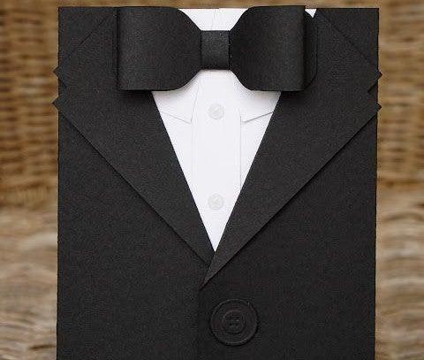 Envoltorio de regalo con un traje masculino.