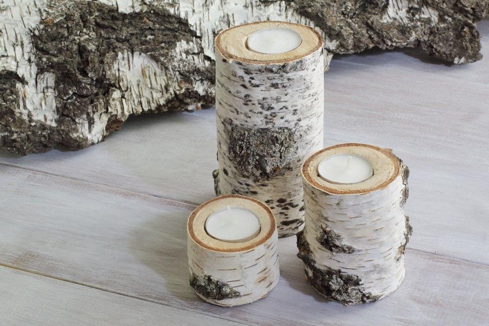 Candelabros con troncos de madera.