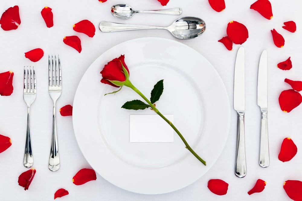 Vajilla para una cena romántica.