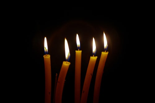 Decora con velas flotantes en Halloween