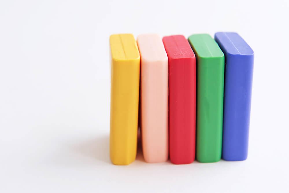 Arcilla polimérica de colores.