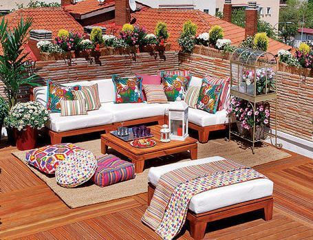 Azotea con mobiliario colorido.