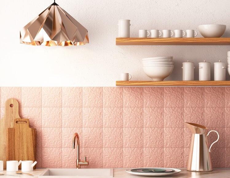 Cocina de azulejos rosas.
