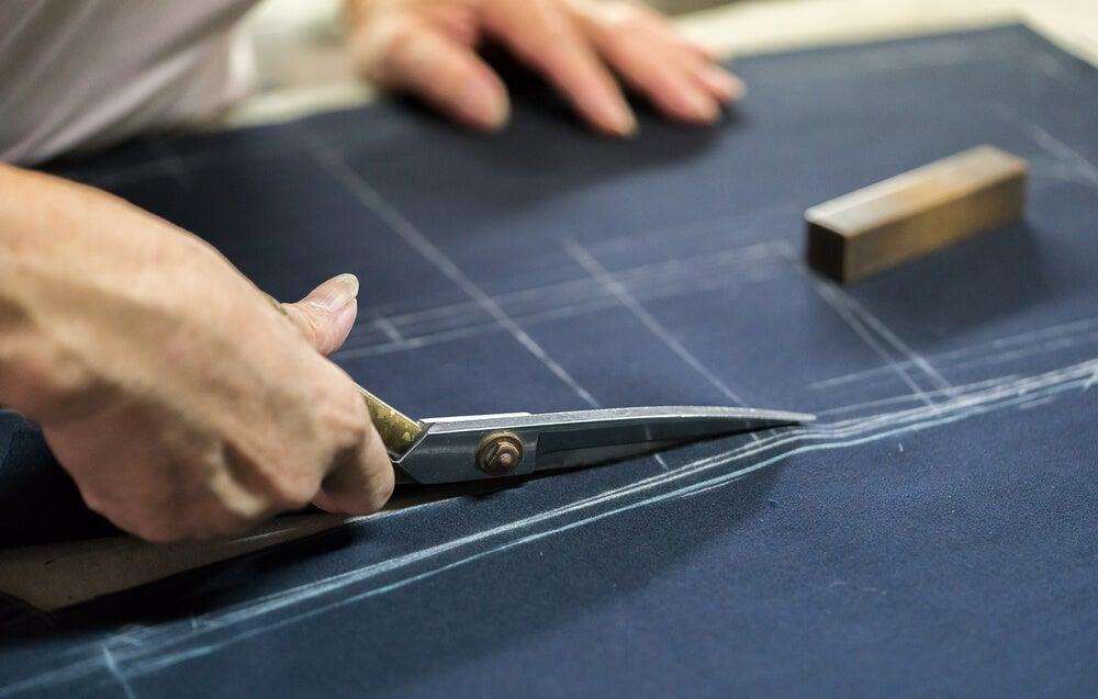 Cortar patrón de tela.