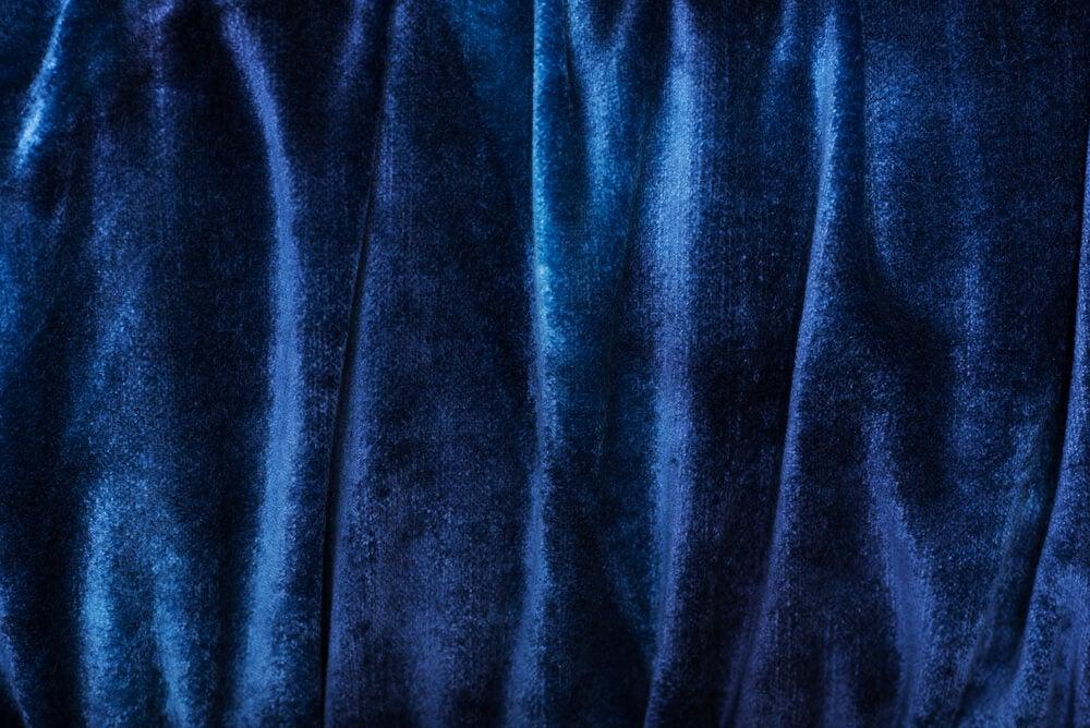 Cortinas azules de terciopelo.