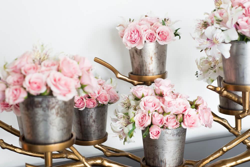 Cubos metálicos con flores rosas.