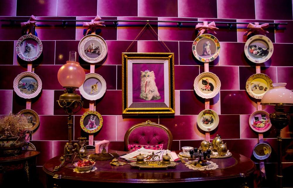Despacho de Dolores Umbrige con cuadros de gatos.