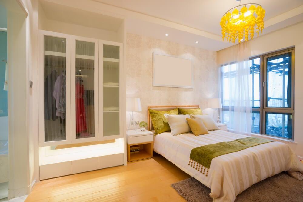 Dormitorio con armarios y vestidores