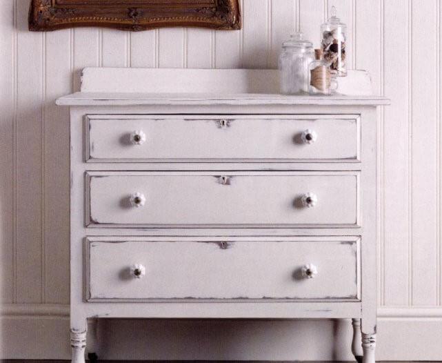 Efecto chalk en mueble blanco.