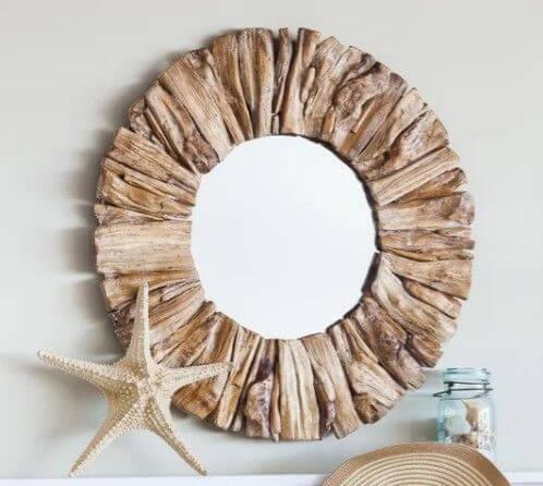 Espejo de madera reflotada.