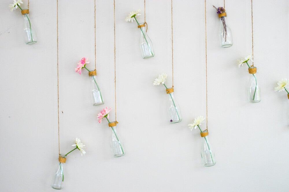 Flores colgantes en las paredes.