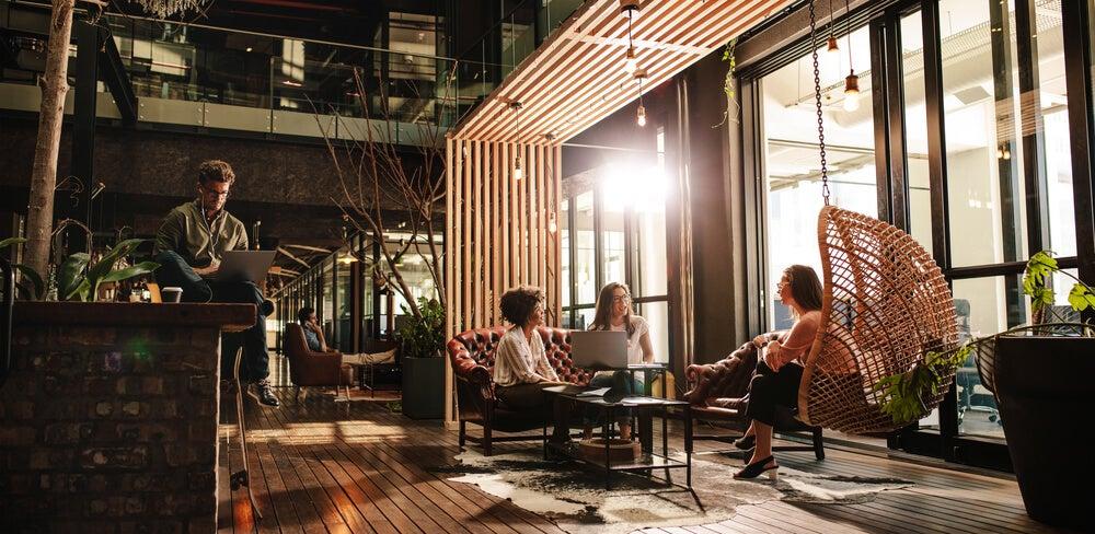 Iluminación natural en un espacio coworking.