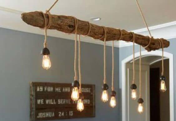 Lámpara de madera reflotada.