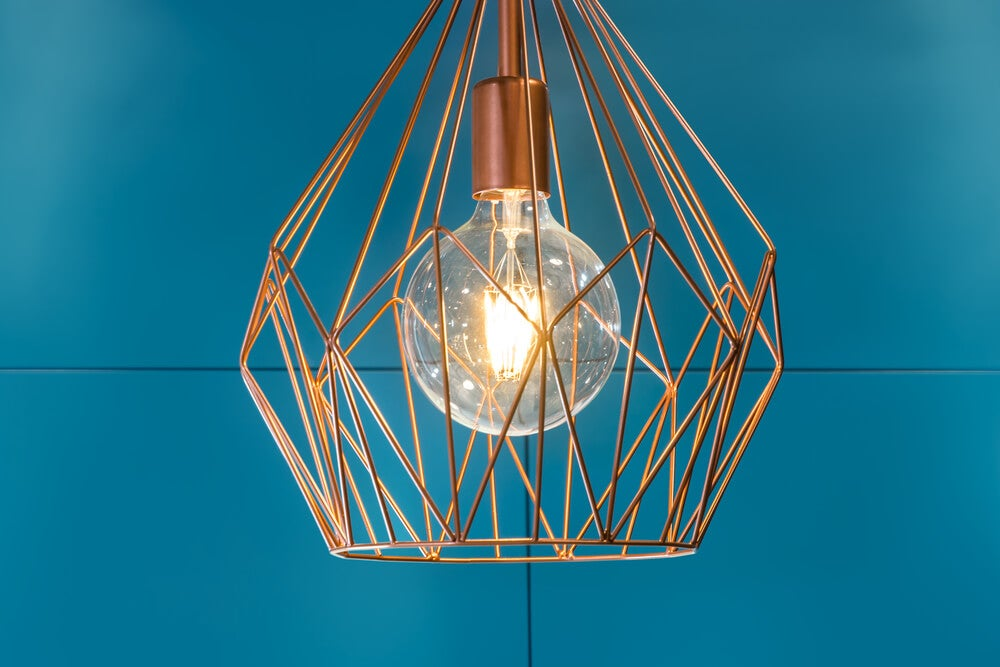 Lámpara metálica dorada.
