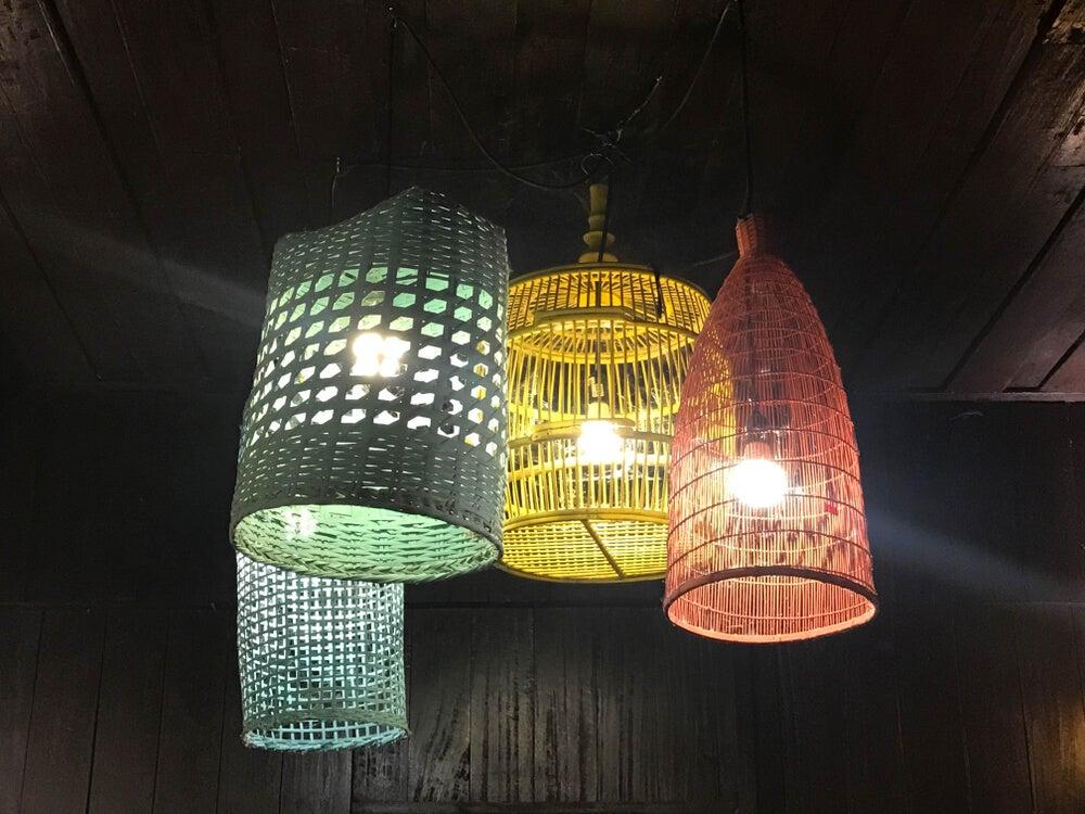 Lámparas de mimbre de colores.